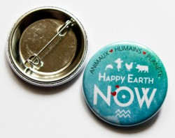 "Badge Happy Earth NOW - ""Logo blanc"""